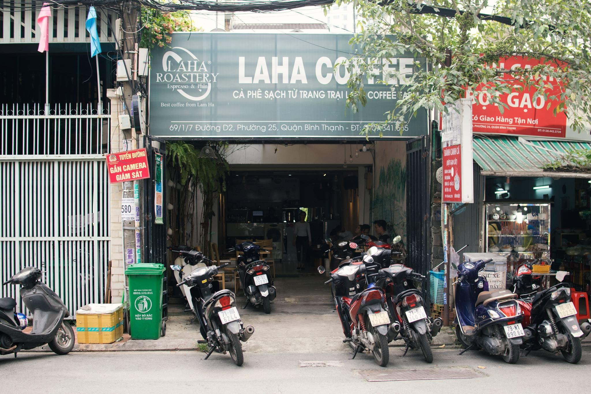 Laha Cafe những ngày đầu khi được khách quen nhờ setup quán